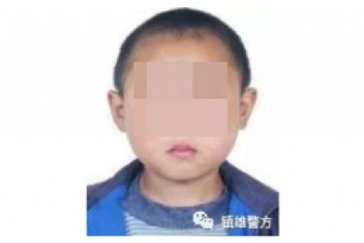Salah satu foto dalam poster buronan yang dipasang oleh Zhenxiong, Yunnan, China, yang dirilis pada Selasa (19/3/2019). (SCMP)