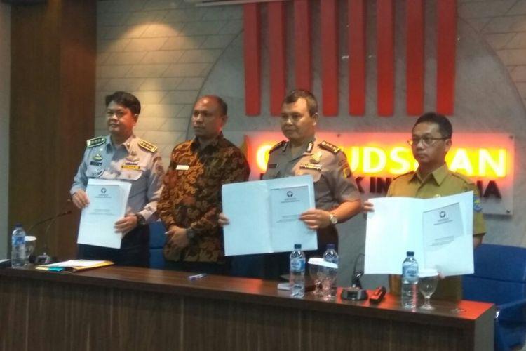 Ombudsman RI Perwakilan Jakarta Raya menyerahkan laporan hasil pemeriksaan (LHP) Jalan Jatibaru Raya kepada Pemprov DKI Jakarta dan Kepolisian, Senin (26/3/2018).