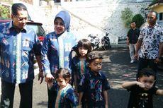 Sylviana, Suami, dan Cucu Kompak Pakai Batik Betawi Saat ke TPS