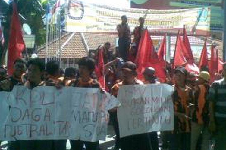 Massa Pemuda Pancasila Jatim serbu Kantor KPU Jatim.