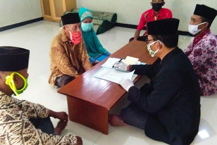 Hadi dan Yami melangsungkan akad nikah di kantor KUA Blora I, Jawa Tengah, Kamis (23/4/2020).