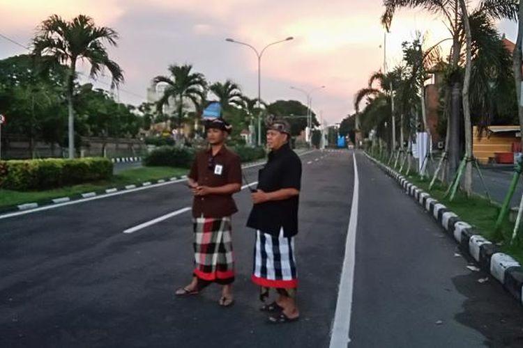 Pecalang sedang bertugas saat Nyepi di Jalan Raya Tuban, Badung, Bali, Rabu (9/3/2016).