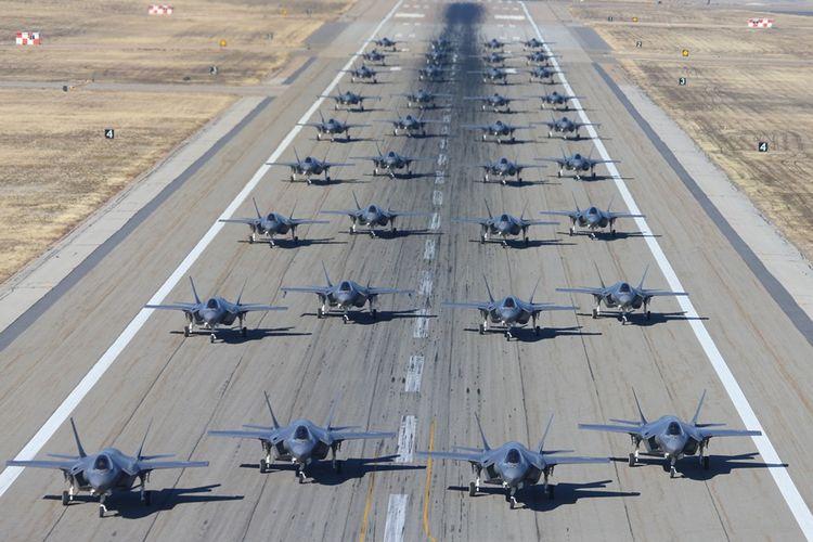 Deretan jet tempur F-35A buatan AS yang terparkir di pangkalan udara Hill Air, Utah.