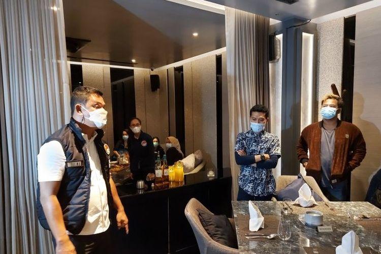 Direktur Reserse Narkoba Polda Metro Jaya Kombes Mukti Juharsa berbicara dengan pengunjung bar saat razia protokol kesehatan di DBunker Bar, Jumat (1/1/2021) dini hari.
