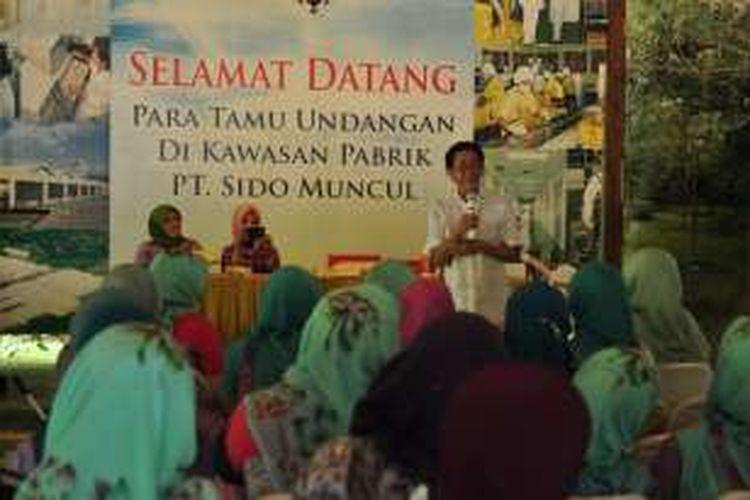 Presiden Direktur PT Sido Muncul Tbk, Irwan Hidayat memberikan pemahaman tentang sejarah dan produksi jamu moderen kepada rombongan PKK, Camat, dan Lurah se-Jakarta Selatan di Agrowisata Sido Muncul, Jumat (1/4/2016).