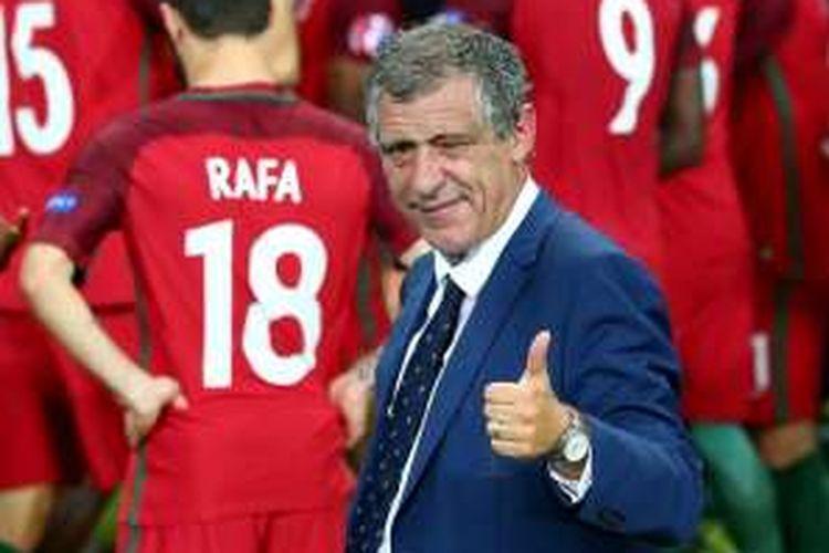 Pelatih Portugal, Fernando Santos, merayakan gelar Piala Eropa 2016 di Stade de France, Saint-Denis, Minggu (10/7/2016) waktu setempat.