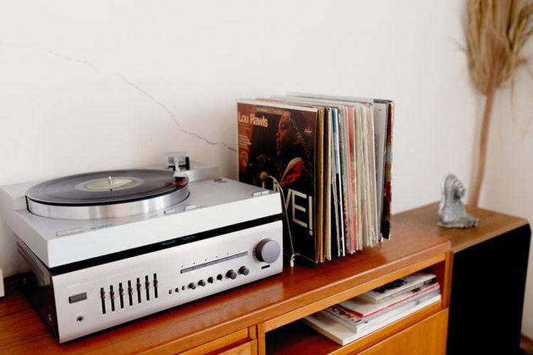 Mendengarkan musik agar suasana kerja semakin menyenangkan