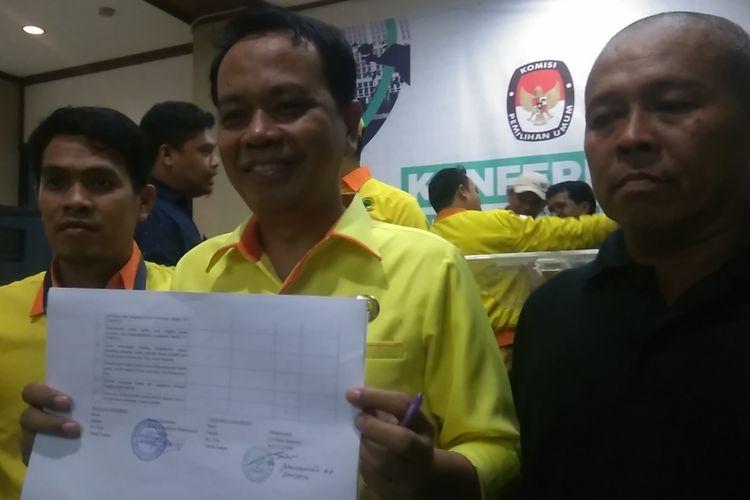 Sekretaris Jenderal Partai Berkarya Badaruddin Andi Picunang memperlihatkan bukti tanda terima pendaftaran dari Komisi Pemilihan Umum (KPU) Pusat, di Jakarta, Selasa (17/10/2017).