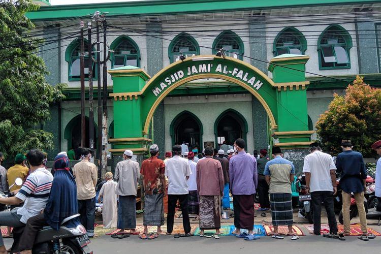 Shalat Jumat di Masjid Al Falah, Kranji, Kota Bekasi, Jumat (29/5/2020).