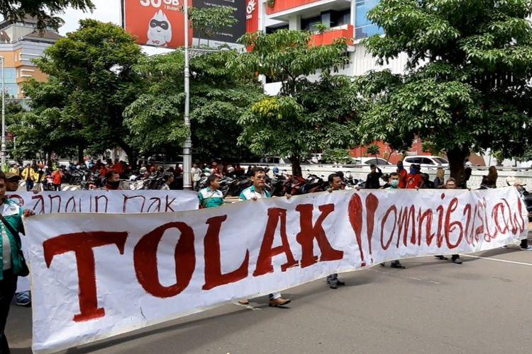 Aksi demonstrasi tolak Omnibus Law di depan Kantor Gubernur Jateng, Rabu (11/3/2020)