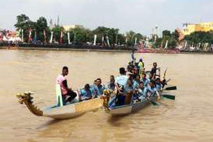 Peserta kompetisi Perahu Naga dalam Festival Cisadane 2016, Tangerang, Minggu (31/7/2016)z