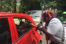 Protes Demo Anarkistis, Pendukung Jokowi Bagi-bagi Mawar Putih