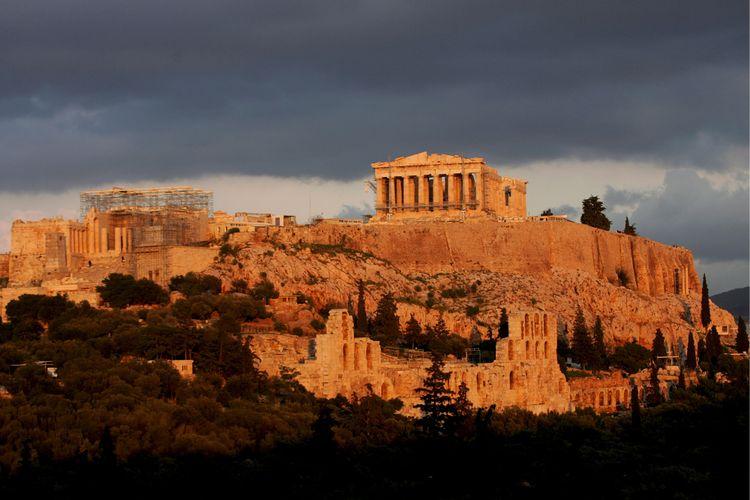 Suasana saat matahari terbenam terlihat di Parthenon, Bukit Acropolis, Athena, Yunani.