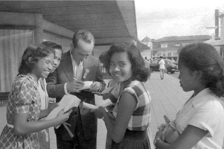 Para gadis meminta tanda tangan salah satu delegasi asing pada Konferensi Asia Afrika tahun 1955