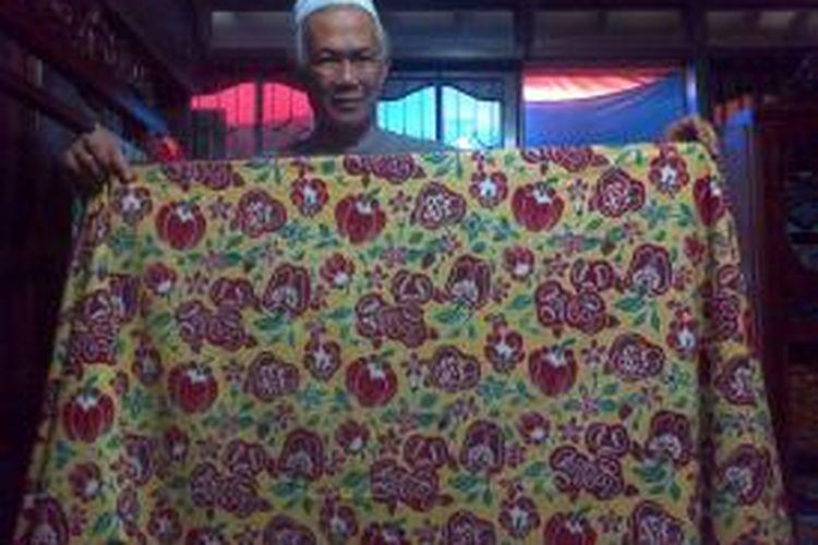 Rumah Batik Lembang membuat batik dengan motif sayuran dan buah-buahan segar.