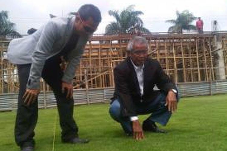 Ketua Umum PSSI, Djohar Arifin saat mengunjungi lapangan Asifa di Kota Malang (kanan) dan didampingi Direktur Asifa, H Zulkifli (kiri), Selasa (3/12/2013).