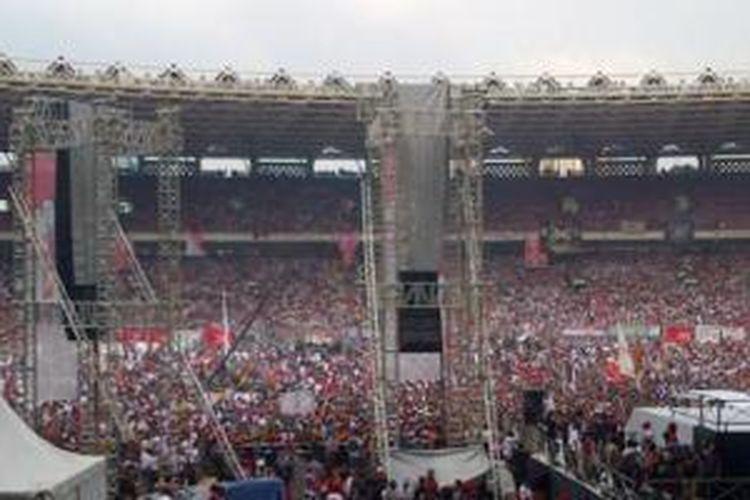 Puluhan ribu simpatisan pasangan calon presiden nomor urut 2 Joko Widodo dan Jusuf Kalla memenuhi Stadion Gelora Bung Karno mengikuti Konser Salam Dua Jari, Sabtu (5/6/2014).