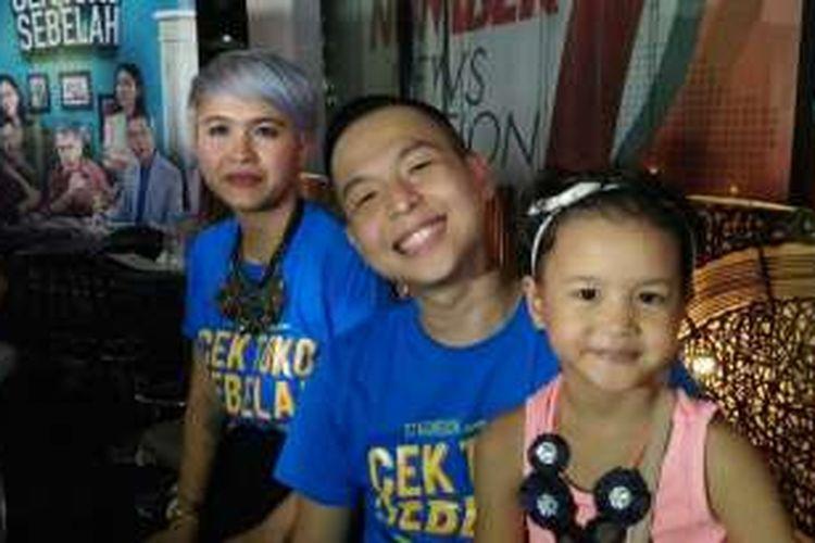 Ernest Prakasa mengajak istrinya, Meira Anastasia, dan Sky Tierra Solama, putrinya yang bermain dalam film Cek Toko Sebelah, ke acara  pemutaran film itu di Epicentrum Walk XXI, Kuningan, Jakarta Selatan, pada Selasa (20/12/2016).