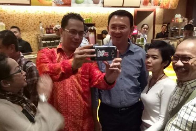 Calon gubernur DKI Jakarta Basuki Tjahaja Purnama atau Ahok (pakai kemeja biru) saat akan menonton bareng film Jakarta Undercover, di Lotte Shopping Avenue, Jakarta Selatan, Rabu (8/3/2017).