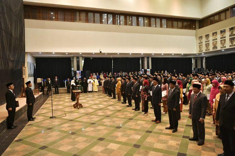 Sekretaris Jenderal (Sesjen) Kemendikbud Prof. Ainun Na?im melantik 11 pejabat eselon 2 dan 632 pejabat fungsional di lingkungan Kemendikbud (26/2/2020).