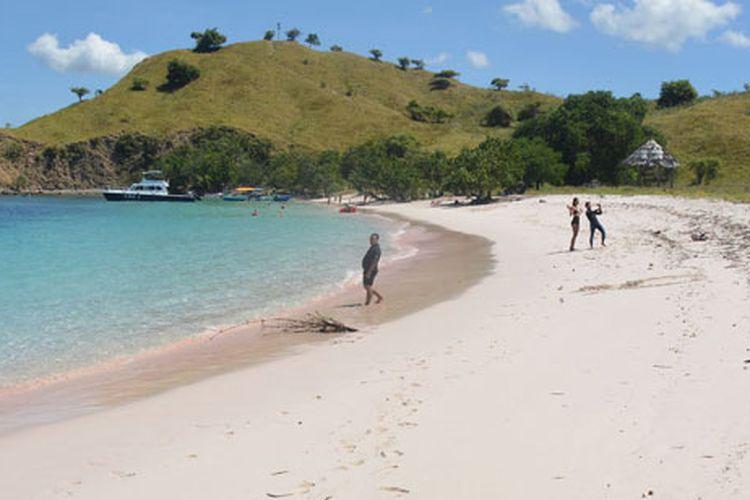 Keindahan Pink Beach di Manggarai Barat di dalam kawasan Taman Nasional Komodo, Flores, NTT, Rabu (10/5/2017). Pantai berpasir merah muda merupakan salah satu obyek wisata unggulan di kawasan itu.