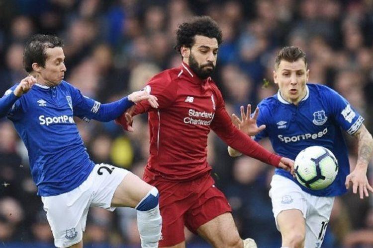 Mohamed Salah dikawal Bernard dan Lucas Digne pada pertandingan Derbi Merseyside, Everton vs Liverpool, di Stadion Goodison Park dalam lanjutan Liga Inggris, 3 Maret 2019.