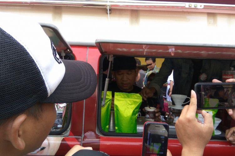 Calon Bupati Banyumas, Achmad Husein berkampanye dengan membagi-bagikan kopi dan gula kristal lokal kepada pengunjung car free day di Gelanggang Olahraga Satria, Purwokerto, Minggu (8/4/2018).