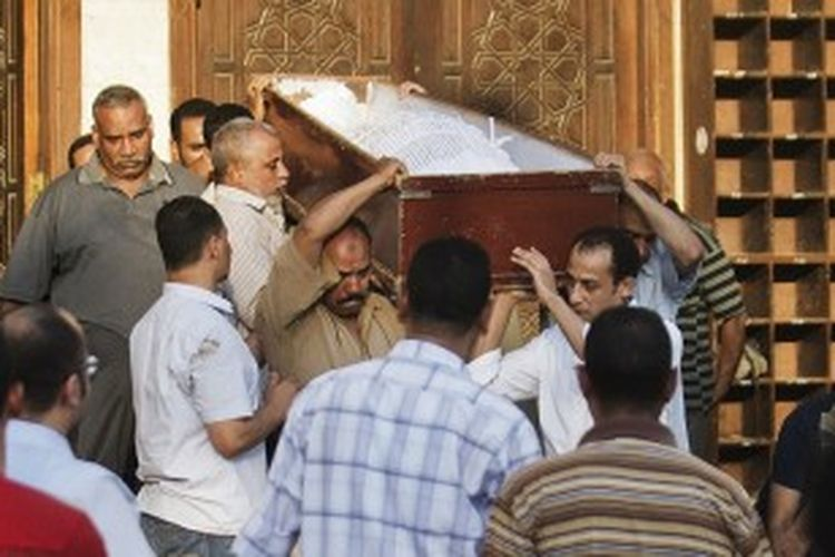 Warga Syiah Mesir memakamkan warganya yang tewas dalam serangan Minggu (23/6/2013) di sebuah desa di Provinsi Giza, sebelah selatan ibu kota Kairo.