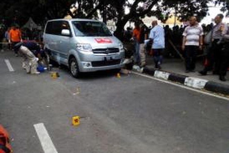 Anggota Puslabfor Mabes Polri saat menggelar olah TKP insiden ledakan benda diduga bom di kolong mobil milik TV One di Jalan Dalem Kaum Bandung tepat di depan rumah dinas Wali Kota Bandung, Jum'at (1/1/2016)