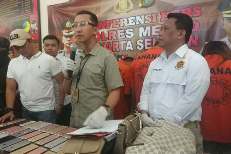 Kompol Andi Sinjaya, Kasat Reskrim Polres Metro Jakarta Selatan memberikan keterangan tambahan terkait pencurian di Kafe dan Bar kawasan Mega Kuningan, Jakarta Selatan (13/11/2018).