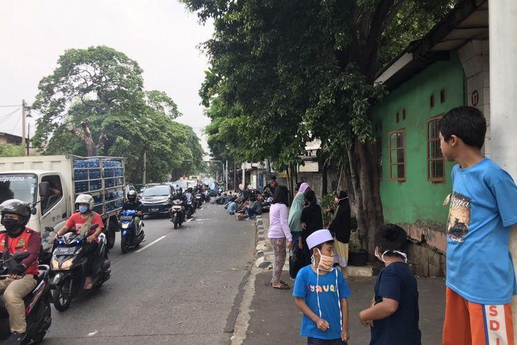 Kerumunan mahasiswa Universitas Gunadarma di Jalan Lenteng Agung Raya, Jagakarsa, Jakarta pada Kamis (8/10/2020) sekitar pukul 14.35 WIB yang bersiap untuk unjuk rasa menjadi tontonan warga sekitar.