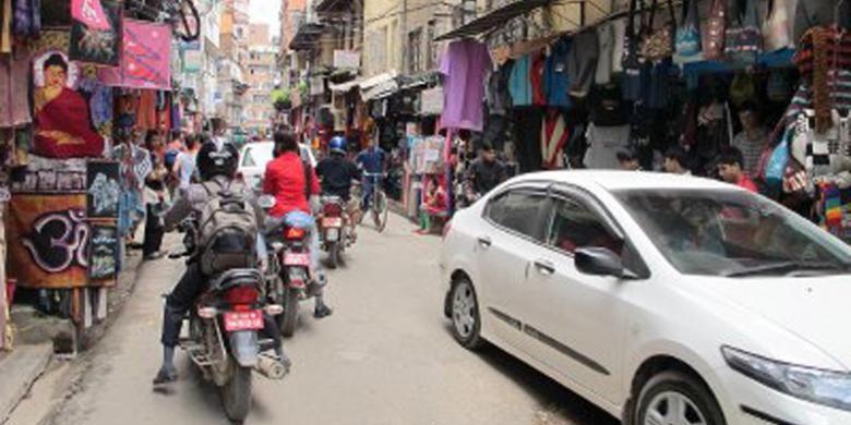 Labirin atau gang-gang sempit di Thamel, Kathmandu, Nepal, sangat terkenal di kalangan trekker atau pendaki gunung Himalaya. Berbagai macam perlengkapan trekking tersedia di sini, begitu pula suvenir.