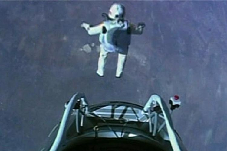 Felix Baumgartner, skydiver asal Austria, terjun dari ketinggian 39 km dengan kecepatan 1,24 Mach.