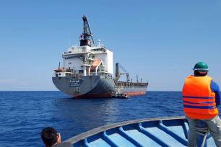 Kapal MV Fortune yang berlayar dari Belgia dan membawa mesin pembangkit listrik untuk PLTG Gorontalo sedang berlabuh menunggu penurunan mesin ke darat.