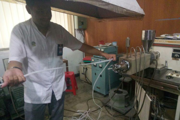 Peneliti LPTB LIPI Hanif Dawam Abdulah tengah memperlihatkan mesin produksi pembuatan pellet bio-plastik yang dibuat dari bahan pati singkong. Bioplastik ini dinilai menjadi salah satu solusi penggunaan plastik yang ramah lingkungan.