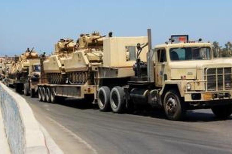 Iring-iringan kendaraan tempur Angkatan Darat tengah menuju ke kawasan Sinai.