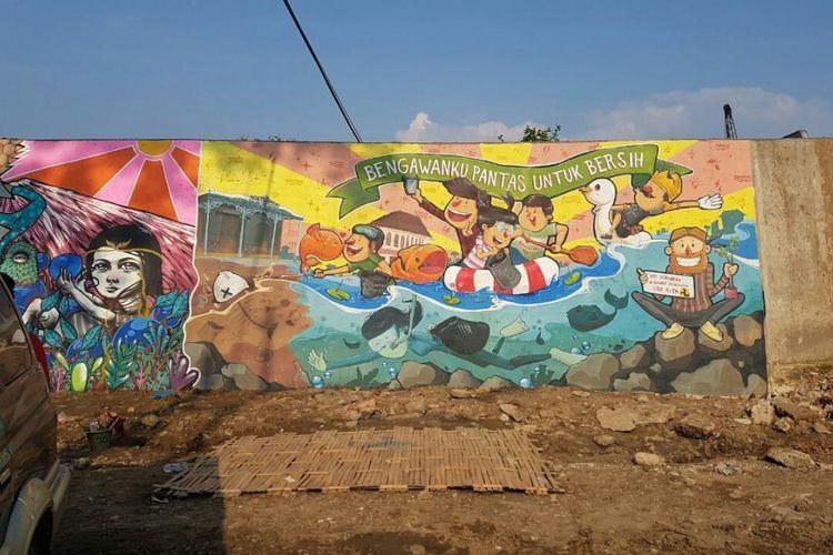Lukisan mural dinding parapet Sungai Bengawan Solo di bawah jembatan Jurug, Solo, Jawa Tengah.