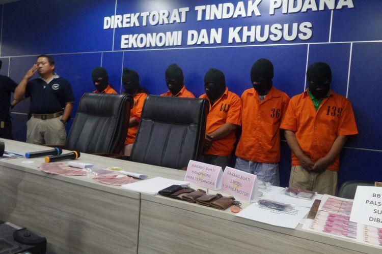 Direktorat Tindak Pidana Ekonomi Khusus Bareskrim Polri menggelar rilis pengungkapan jaringan produksi dan peredaran uang palsu di gedung Bareskrim Polri, Jakarta, Rabu (18/10/2017).