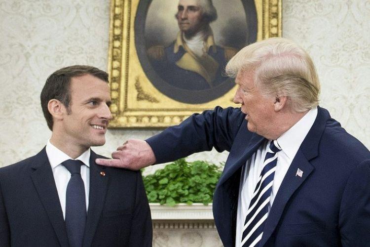 Presiden Amerika Serikat Donald Trump menyentuh lembut bahu Presiden Perancis Emmanuel Macron di Gedung Putih, Washington DC, Selasa (24/4/2018). (AFP/Brendan Smialowski)