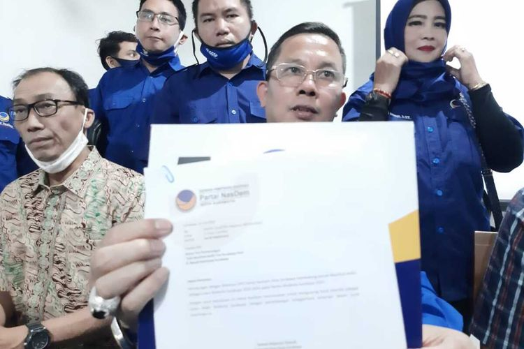 Ketua Partai Nasdem Surabaya Robert Simangunsong menunjukkan surat usulan nama bakal calon wakil wali kota Surabaya, Sabtu (25/7/2020).