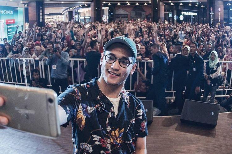 Swafoto Afgansyah Reza di sebuah panggung acara di daerah Cakung, Jakarta Timur, Sabtu (7/10/2017).
