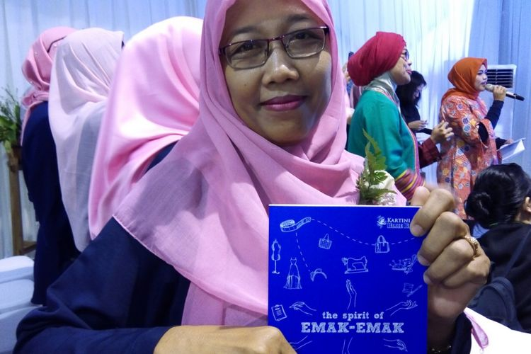 Niat dan bekal kesungguhan itu mengantarkan Maria Ulfa langsung berkreasi dan berproduksi sebulan setelah menempuh kursus boga di pool Blue Bird Cipayung, Jakarta Timur.
