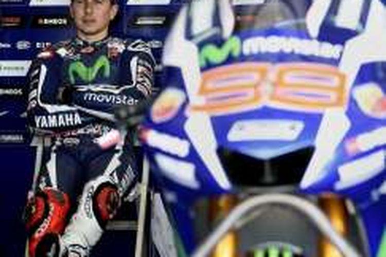 Pebalap Movistar Yamaha asal Spanyol, Jorge Lorenzo, menunggu di paddock Sirkuit Sepang, Malaysia, pada tes pramusim MotoGP 2016, Senin (1/2/2016).