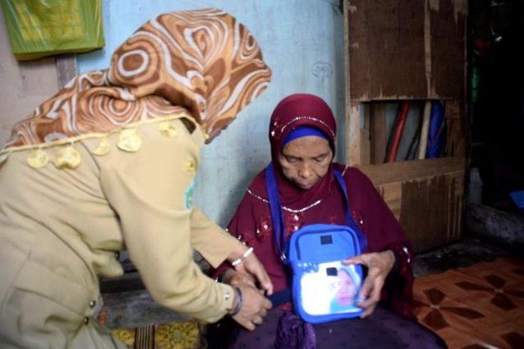 Wa Iha (kerudung merah), seorang nenek yang berumur 78 tahun dan sehari-harinya menjual ikan asin di Kota Baubau, Sulawesi Tenggara, akhirnya bisa menunaikan ibadah haji.