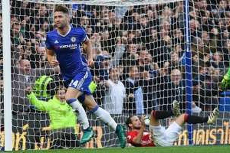 Bek Chelsea, Gary Cahill (kiri), berlari merayakan golnya ke gawang Manchester United dalam laga Premier League di Stamford Bridge, London, 23 Oktober 2016.