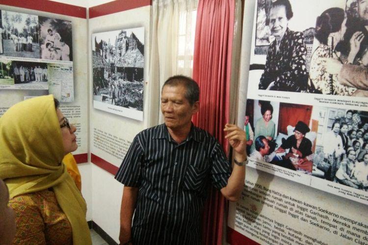 Calon Wali Kota Bandung Nurul Arifin saat mendapat penjelasan dari Tito Zaini, cucu pejuang perempuan Inggit Garnasih di rumah Inggit Garnasih, Jalan Ciateul, Bandung, Rabu (21/2/2018).