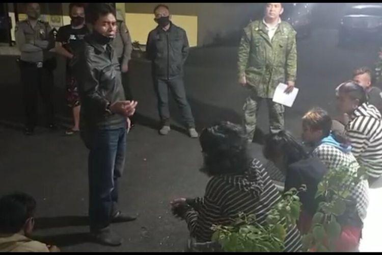 Polsek Indihiang Polresta Tasikmalaya, merazia gerombolan anak-anak punk pada malam hari guna mengantisipasi penemuan mayat bocah bercelana SD, Kamis (6/8/2020) malam.