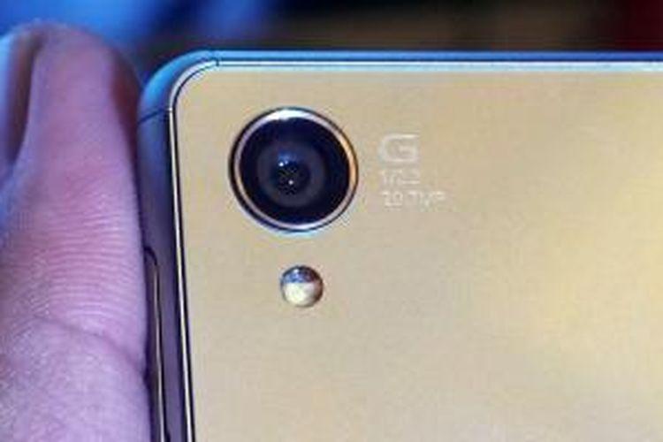 Modul lensa kamera utama di bagian belakang Sony Xperia Z3. Terukir logo seri G Lens yang dikembangkan bersama pabrikan optik Carl Zeiss, ukuran sensor 1/2,3 inci serta resolusi sensor sebesar 20,7 megapixel yang diusungnya. Lampu flash LED bertengger di bawah lensa.