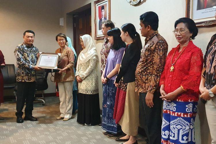 Kepala Staf Kepresidenan Moeldoko memberi penghargaan pada sosok yang aktif mencegah stunting, di Istana Kepresidenan, Jakarta, Jumat (15/11/2019).
