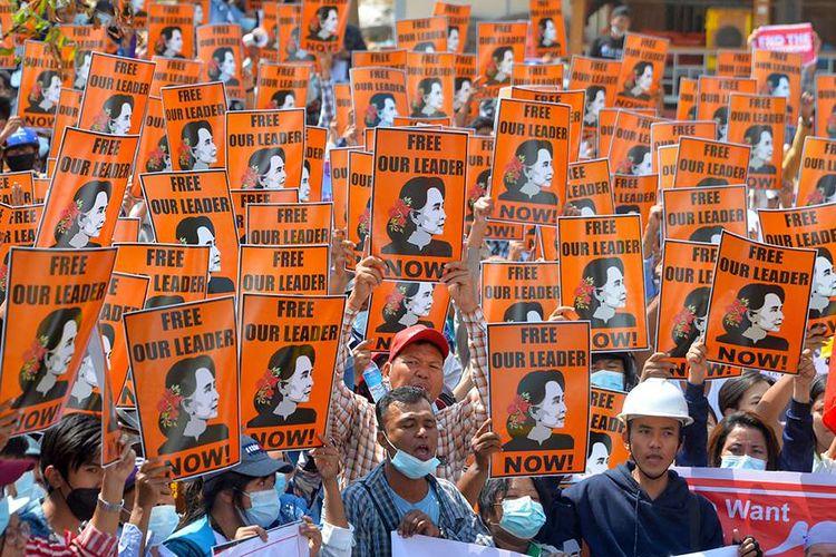 Para pengunjuk rasa memegang poster dengan gambar pemimpin sipil yang ditahan Aung San Suu Kyi, selama demonstrasi menentang kudeta militer di Naypyidaw, Myanmar, Minggu (28/2/2021). Sedikitnya 18 orang tewas dan 30 lainnya terluka dalam aksi demonstrasi di Myanmar pada 28 Februari, serta disebut sebagai hari paling berdarah dalam serentetan aksi protes menentang kudeta militer.